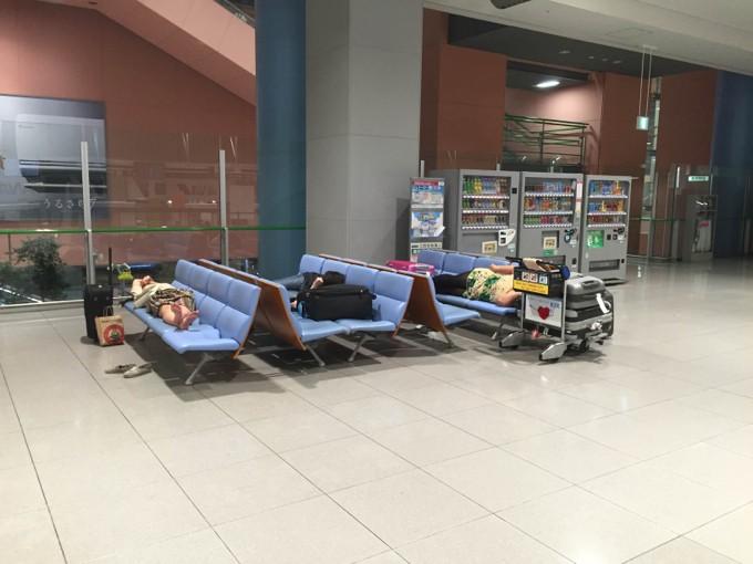 空港で寝る外国人