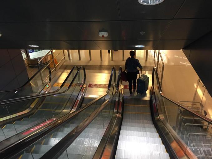 香港国際空港 アライバルラウンジ エスカレーター