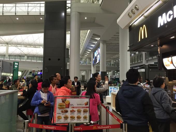 香港 マクドナルド 行列